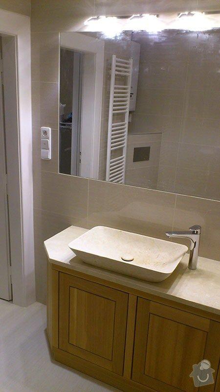 Koupelna s atypickým sprchovým koutem: 09_zrcadlo_a_umyvadlo