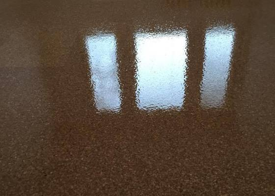 Renovace korkové podlahy, t.j. zbroušení a nalakování