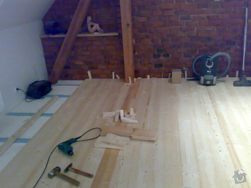 Masivní smrková podlaha v podkroví: 200120103636