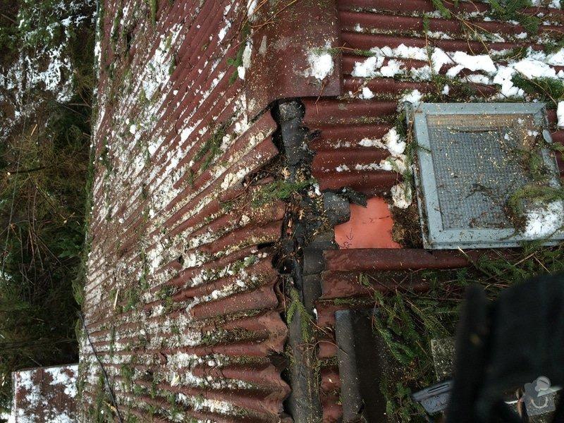 Oprava střechy po pádu stromu na chatě ve Frýdlantě nad Ostravicí: Poskozeni_hrebenu_strechy