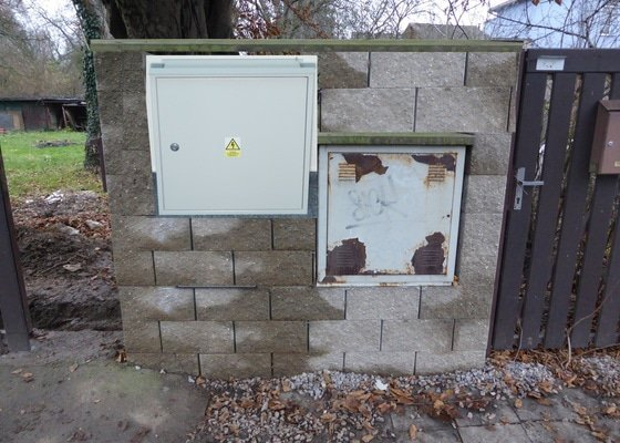 Zednické práce - přezdění plotu pro umístění elektrického rozvaděče.