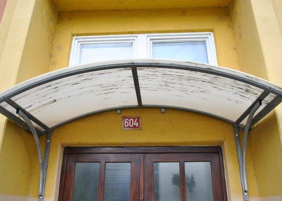 Výměna PVC průsvitné stríšky na vchodem