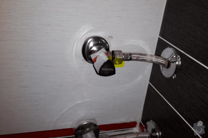Vodoinstalater: voda_tece_z_zluto_oznaceneho_mista