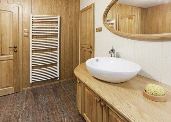Výroba koupelnového nábytku z dubového masivu