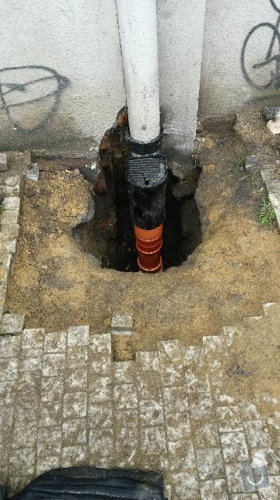 Oprava napojení dešťových svodů na kanalizaci, Praha 3: svod_Skroupovo_opraveny