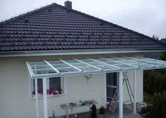 Zasklení střechy pergoly + skleněný obklad