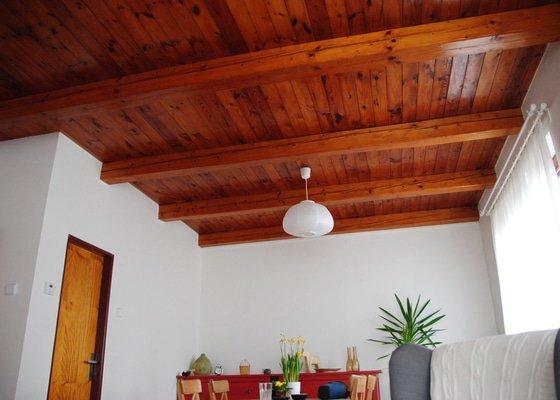 Přelakování lesklého dřevěného stropu na bílo