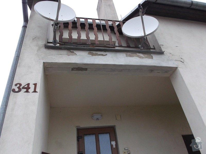 Oprava nátěru oprýskané fasády RD: omitka-vchod