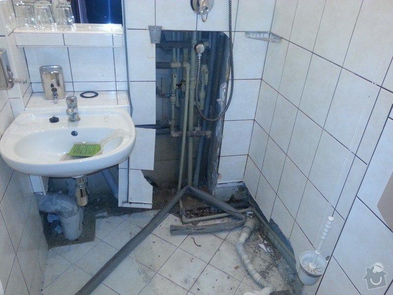 Oprava prostor a hotelových pokojů po havárii vody Mělník: koupelna_pokoj_203_vyjmuty_sprchovy_kout_odstranena_pricka