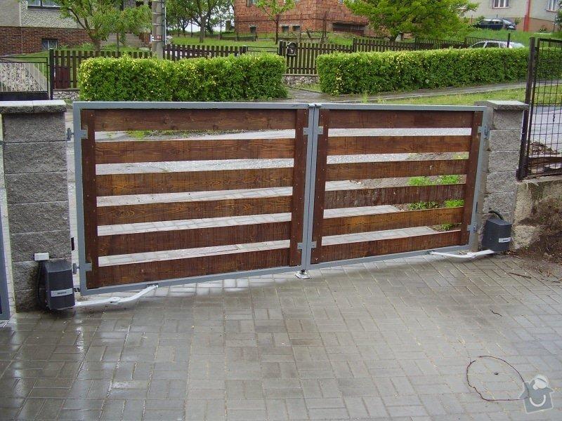 Dvoukřídlá brána s dřevěnou výplní s pohonem: brana