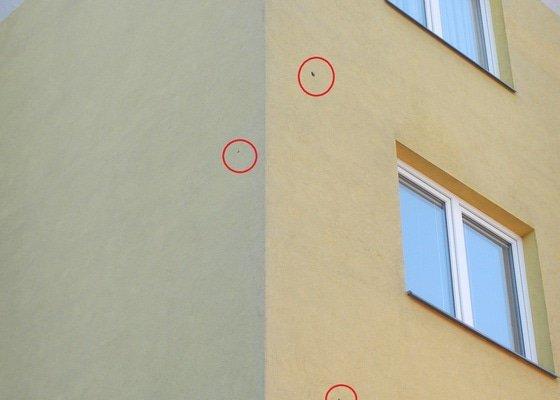 Opravu tří děr ve fasádě