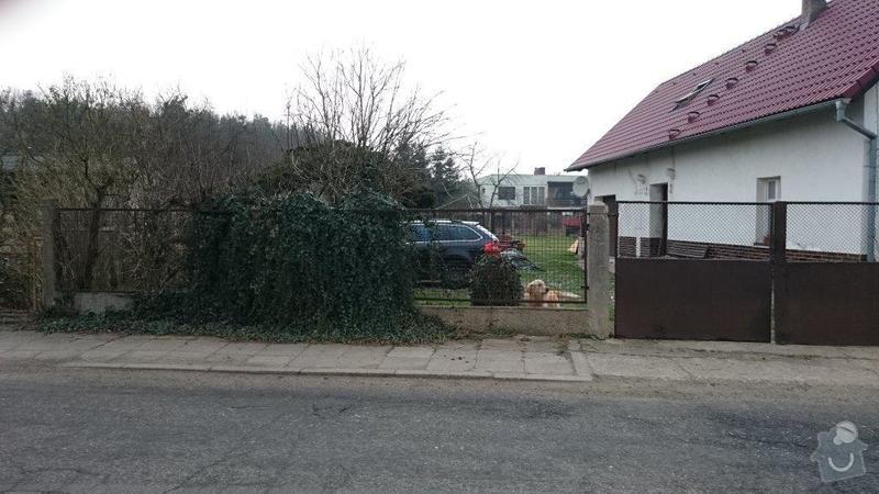 Plot,brána a okolí domu: plot
