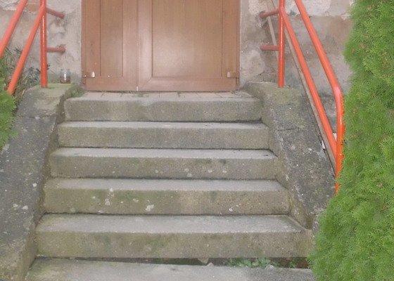 Oprava schodů u domu vedoucích na zahradu