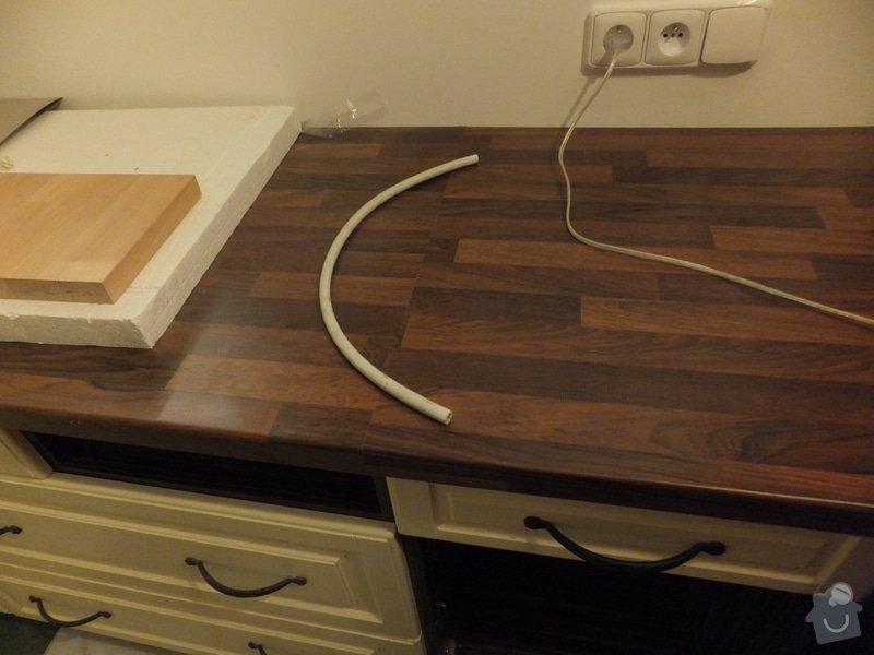 Montáž kuchyňské linky: Detail_napojeni_nedostatecne_dlouhe_pracovni_desky_-_foto_z_doby_pred_dokoncenim