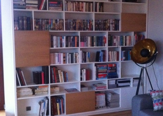 Výroba knihovny a botníku na míru