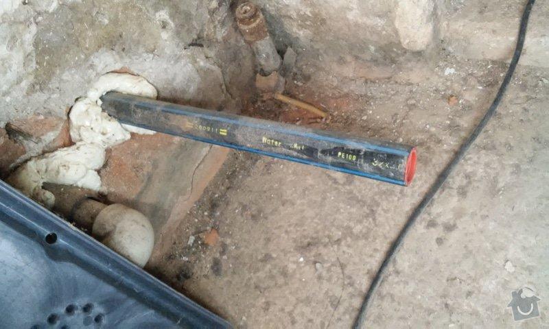 Instalatérské práce - propojení studny a zahradního kohoutu: vyusteni_hadice_ze_studny_v_dome