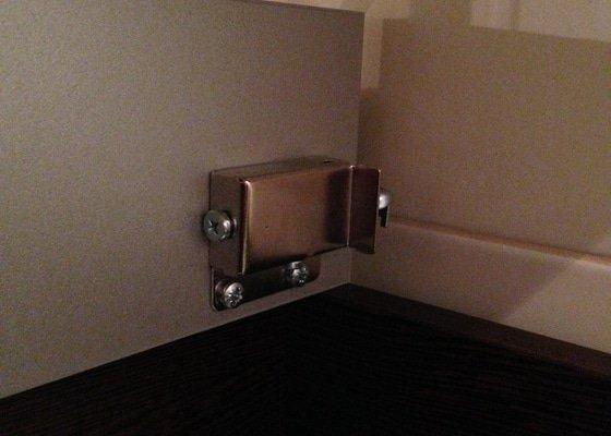 Instalace koupelnove skrinky pod umyvadlo