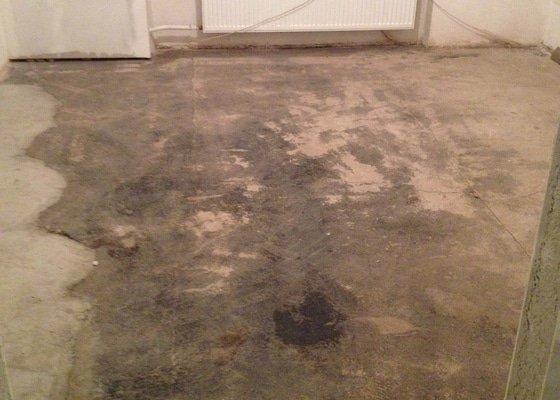 Úprava problematického betonu, vyrovnání podlahy, pokládka lepeného vinylu, obklad shodiště