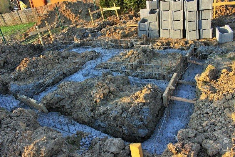 Sklípek 3mx5m, betonová deska, výkopy : IMG_nezateplene_zakladove_pasy_jejich_vyskova_nerovnost_nizsi_rozl