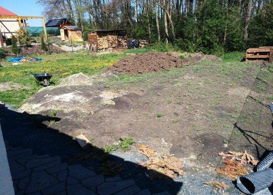 Srovnání terénu zahrady, založení trávníku