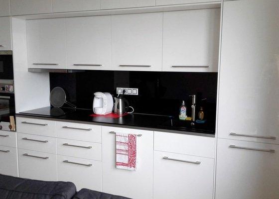 Montáž skleněného obkladu za kuchyň. linku