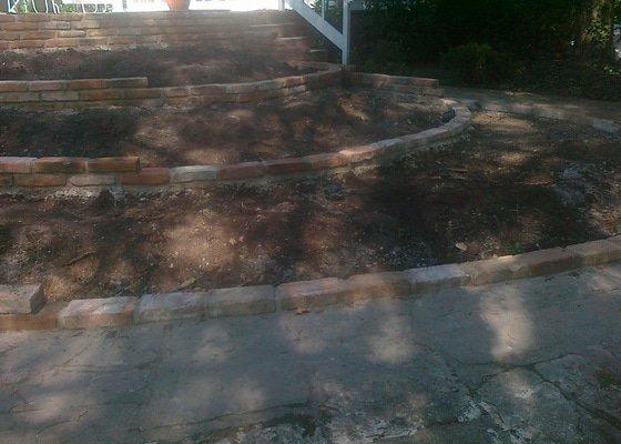 Stavba zahradní zídky