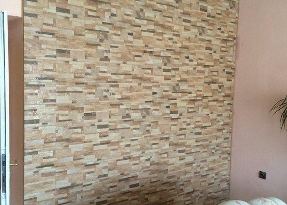 Obklad stěny obývacího pokoje kamenným obkladem