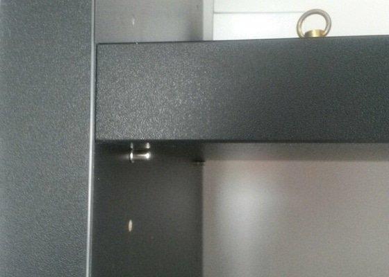 Výroba polic do knihovny materiál černý Kronospan 190PE