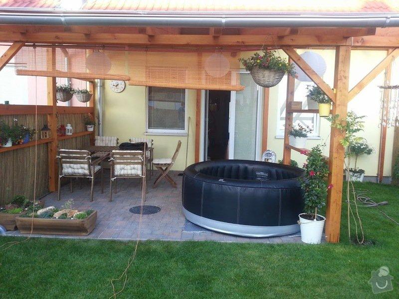 Dřevěný nízký plot okolo zahradní pergoly: 20140609_194329