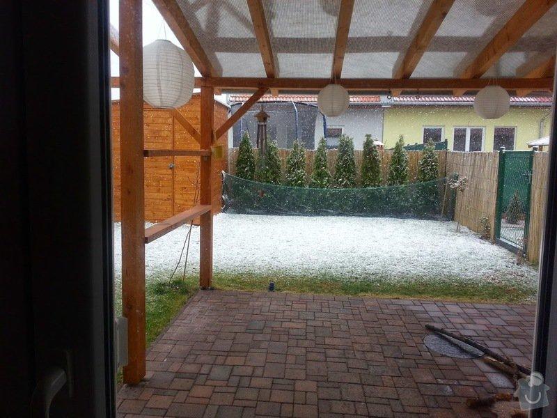 Dřevěný nízký plot okolo zahradní pergoly: 20150406_145701