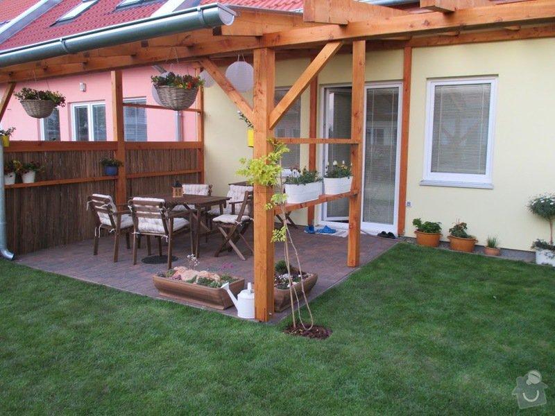 Dřevěný nízký plot okolo zahradní pergoly: IMG_0932