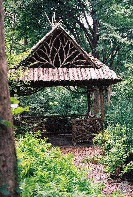 Dřevěné zábradlí na balkón u srubového domu: zahradni_altanek_a_plutek_z_vetvi