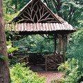 Drevene zabradli na balkon u sruboveho domu zahradni altanek a plutek z vetvi