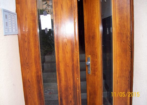 Renovace původních vchodových dveří do bytového domu