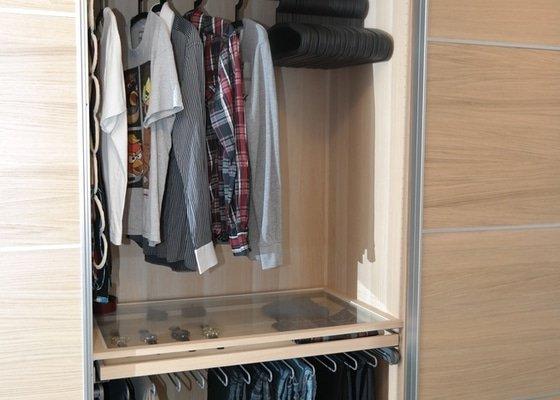 Potřebuji rozmontovat 2 skříně s pojezdy z IKEA