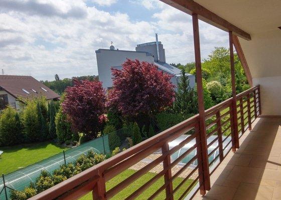 Obroušení a nátěr dřevěného balkonového zábradlí