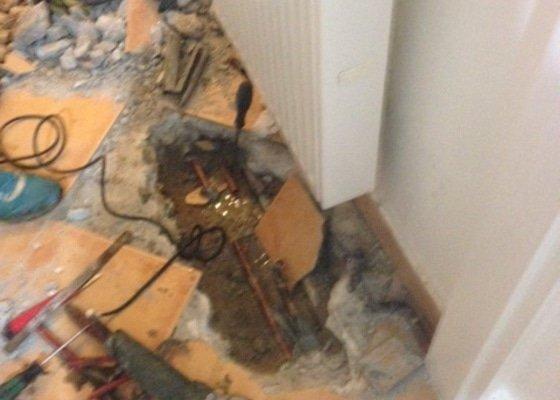 Zazdění díry v podlaze po opravě trubek topení