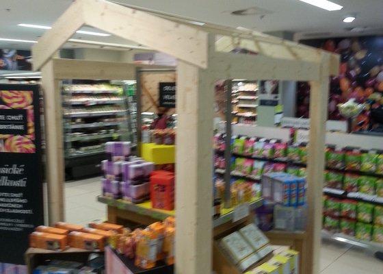 Konstrukce dřevěné stříšky, dekorace na prodejnu