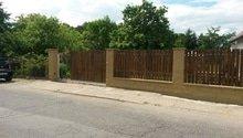 Plot,brána a okolí domu