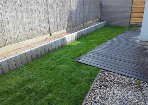Dřevěná nebo betonová palisáda