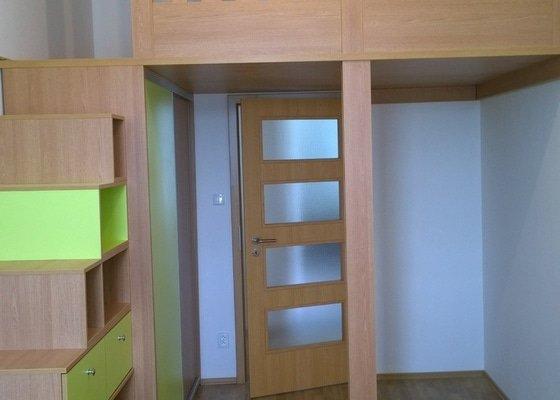Spací patro, vestavěná skříň, komoda