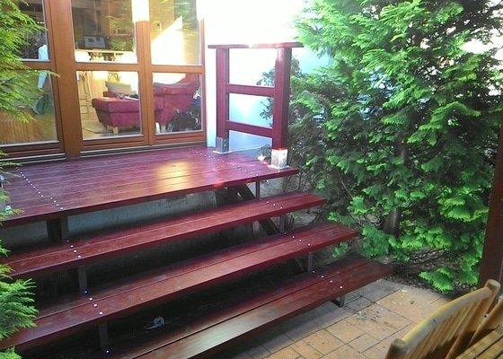 Dřevěné schody do zahrady