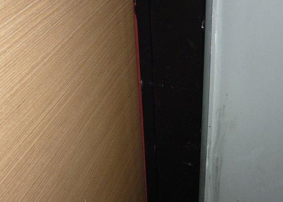 Vstupní dveře do bytu v paneláku nelze otevřít jednou rukou ani zabouchnout
