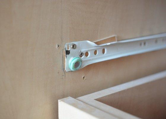 Oprava šuplíků ve vestavné skříni