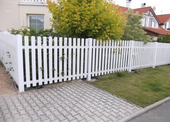 Dřevěný plot + sokl domu