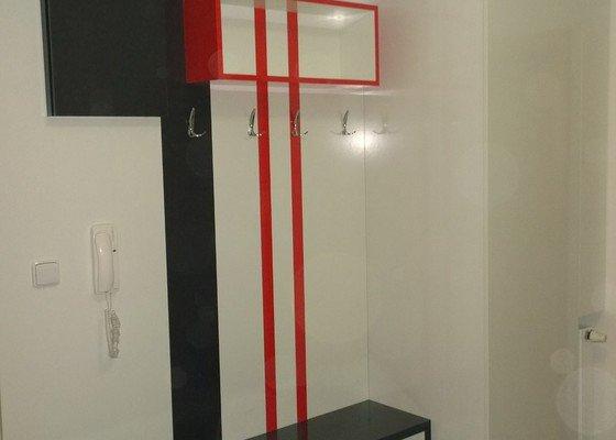 Věšáková stěna s úložným prostorem ve skříni a nástavcích