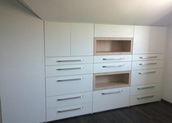 Ložnice podkroví - sestava skříní a komod