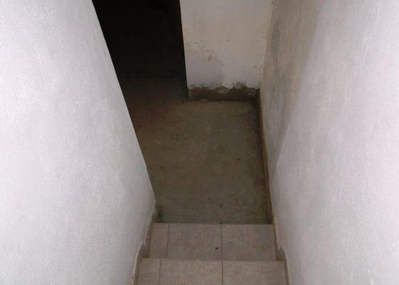 Položení dlažby 16m a oprava stěn u Manětína