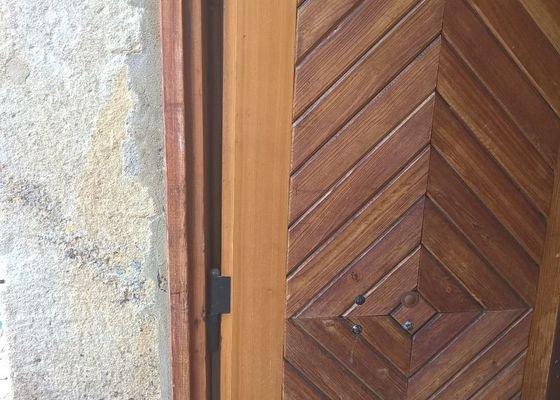 Havarijní opravu pantu dřevěných vrat
