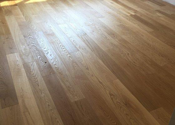 Dřevěná podlaha 70m2 - materiál + pokládka + nivelace